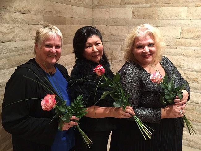 Foto Gruppe Engelsgleich mit 3 Rosen in den Händen