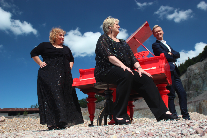 foto-die-drei-mit-rotem-klavier-150715-800-533